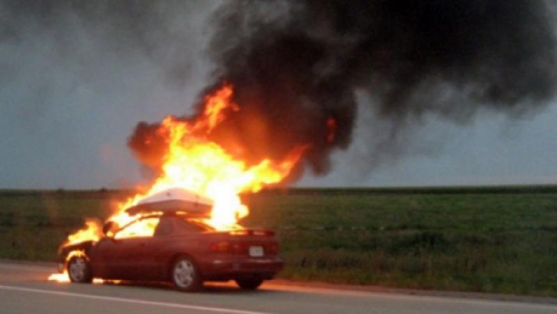 Un autoturism a luat foc în apropiere de Aeroportul din Arad