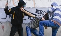 Băiat de 15 ani bătut cu sălbăticie de doi fraţi minori în Sânmartin