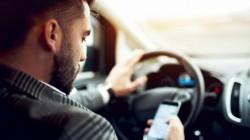 Cine transmite live pe Facebook, face poze sau scrie pe Whatsapp în timp ce se află la volan, își pierde permisul de conducere