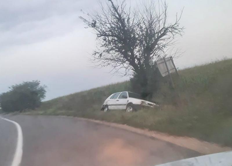 Accident cu mașină abandonată în șanț