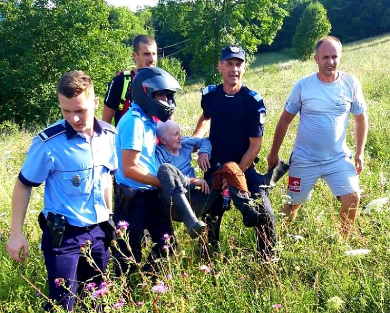 Baci Pavel din Moneasa, pierdut în pădure a fost găsit de polițiști după zeci de minute de căutări