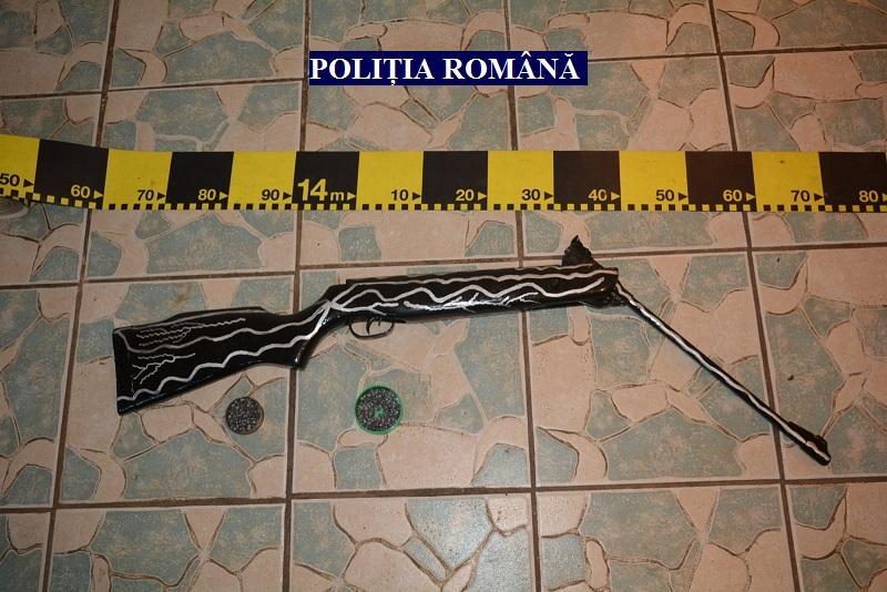 Armă deținută ilegal, descoperită la un tânăr de 25 de ani din Curtici