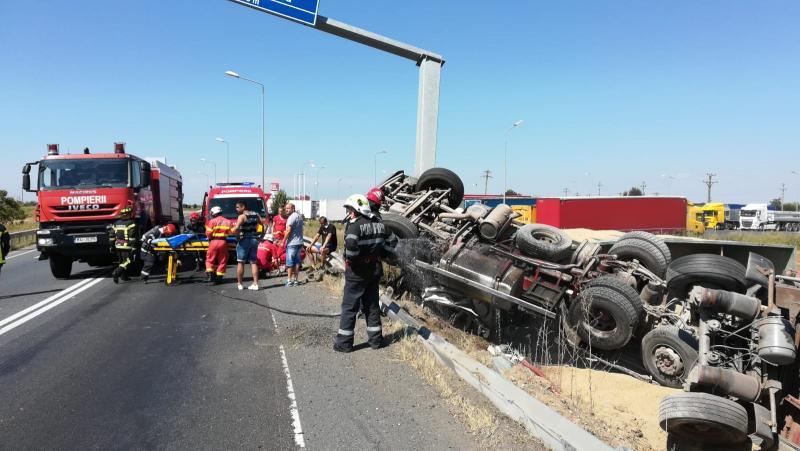 TIR răsturnat, încărcat cu cereale, între autostrada A1 și DN7
