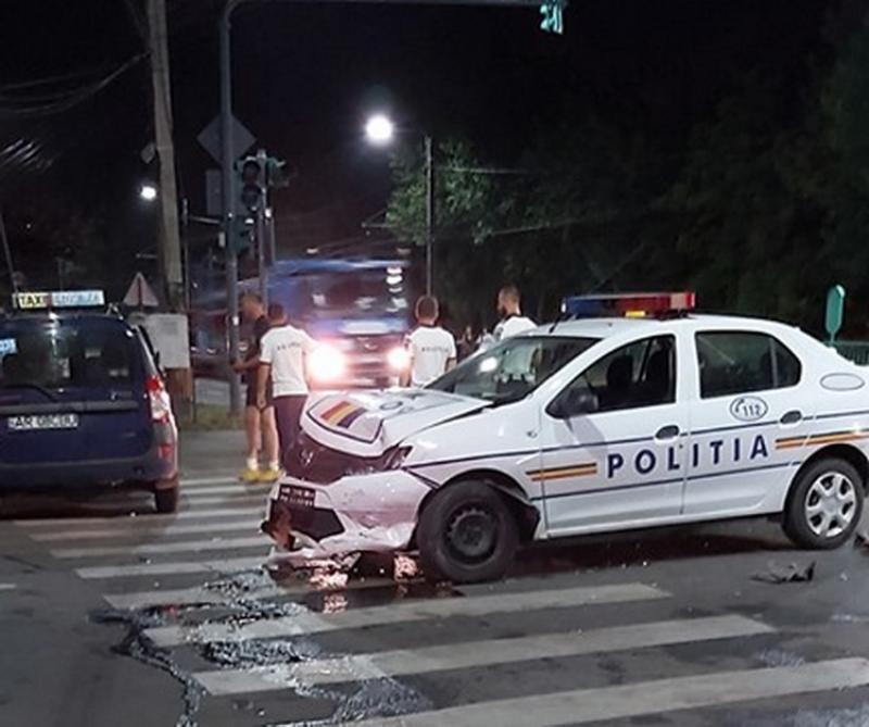 Taximetru lovit în plin de o maşină a Poliţiei marţi noaptea pe strada Pădurii