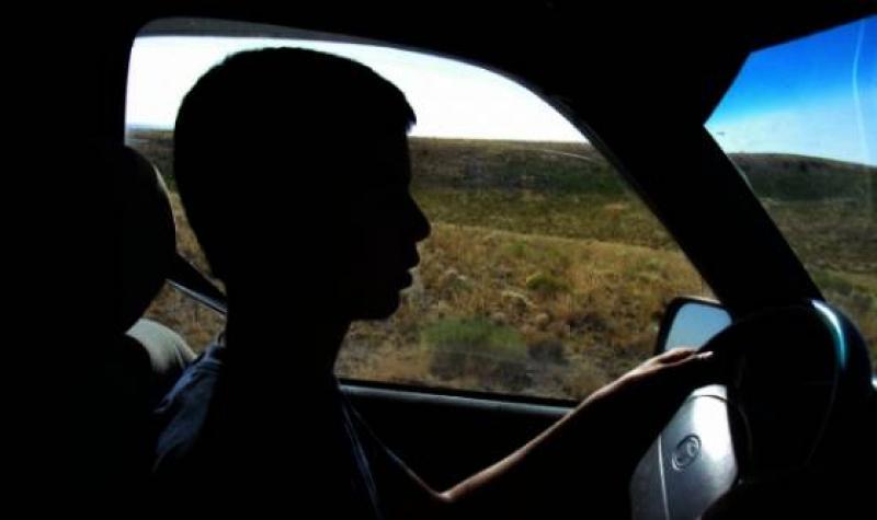 Minor la volan! Sau cum să faci rost de un dosar penal conducând o autoutilitară la 16 ani