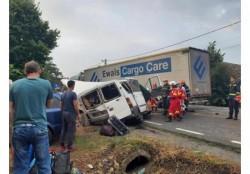 TRAGEDIE pe o șosea din județul Bihor. Două persoane au murit, iar alte 7 persoane sunt în stare gravă
