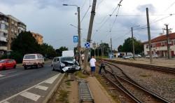 Un stâlp a stat în calea unui șofer...în Aradul Nou