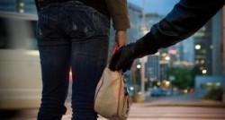 Doi minori au jefuit o femeie într-o stație de autobuz din centrul Aradului