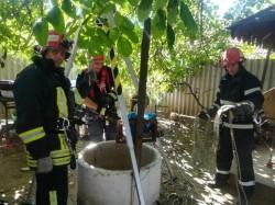 O femeie a murit după ce a căzut într-o fântână de 17 metri adâncime, în Cuvin