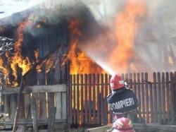 Arde o casă dintr-un cartier arădean! Pericol de propagare a incendiului