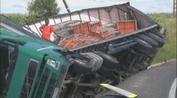 TIR răsturnat între Lipova și Șoimoș. DN 7 este blocat total