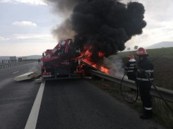 Un camion a luat FOC chiar la ieșirea de pe A1 spre Zădăreni