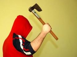 Un arădean și-a amenințat soția cu toporul