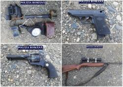 Mai multe arme, zeci de cartușe și camere de supraveghere au fost găsite în Arad în urma a două percheziții