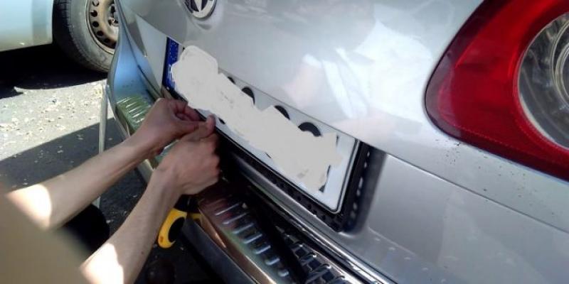 Un tânăr din Pecica a furat mai multe plăcuțe de înmatriculare