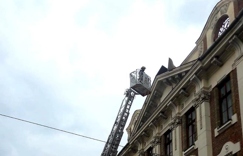 Bucăți de tablă desprinse de pe acoperiș înlăturate de pompierii arădeni