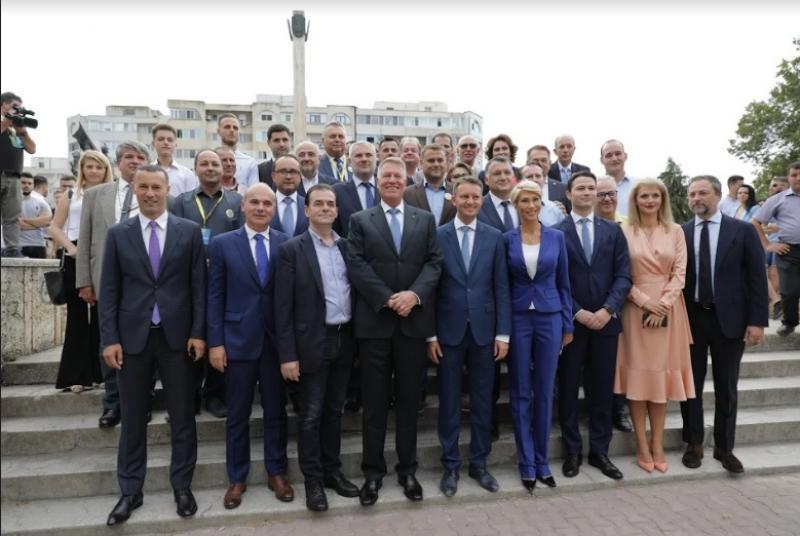 Klaus Iohannis a început în forță bătălia pentru un nou mandat. A fost întâmpinat cu entuziasm de oameni care s-au înghesuit să dea mâna cu el