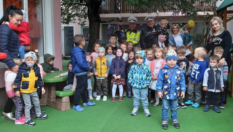 Grădinița BAMBI din Arad, împreună cu Comisarul Meszar Răzvan și Agentul șef principal Trașcă Costel de 10 ani împreună , ALEGE VIAȚA