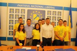 Arădenii semnează în număr mare pentru Iohannis