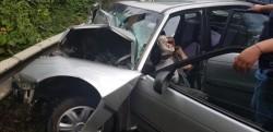 Accident între un autoturism și TIR. O victimă este încarcerată