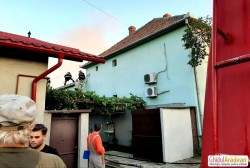 O familie din Arad este DISPERATĂ ! Casa lor a luat foc vineri seara