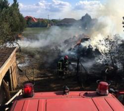 Ard baloți de paie în Sintea Mică! Incendiu s-a propagat la o casă