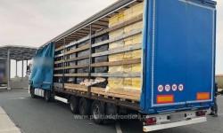 Captură record! Peste 400.000 de pachete cu țigări de contrabandă au fost confiscate la Vama Nădlac