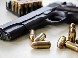 Percheziții la Ususău pentru deținere ilegală de arme