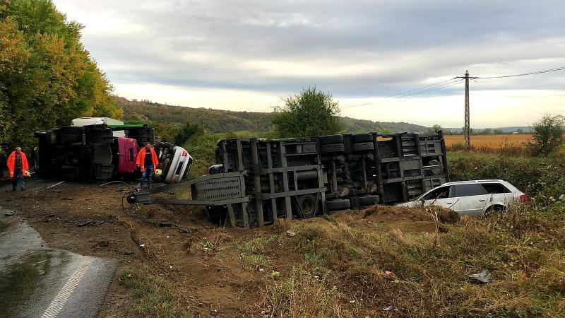 Un Tir încărcat cu mașini second-hand s-a răsturnat în apropiere de Lipova