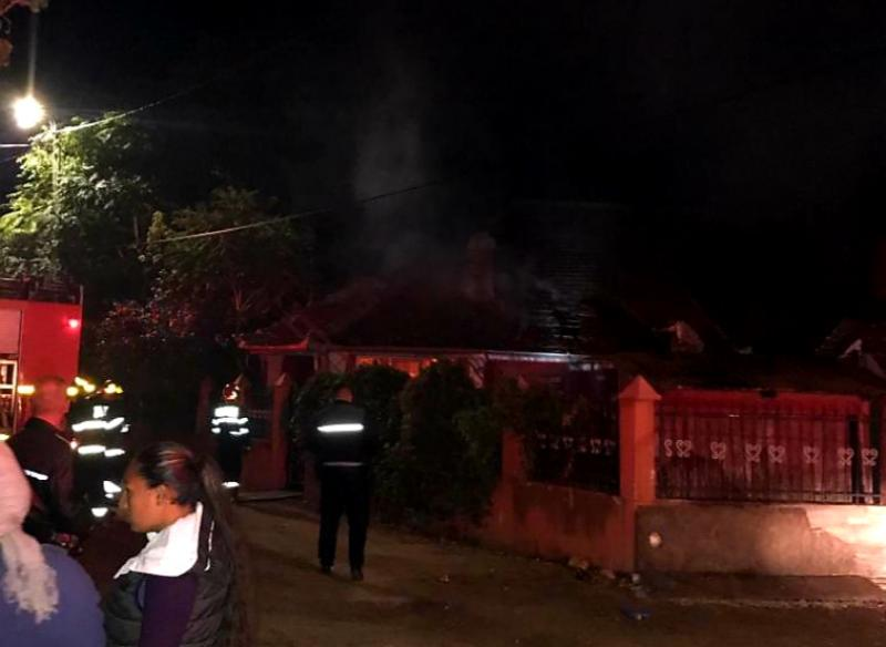 Flăcările au cuprins vineri seara, o casă de pe strada Emil Gârleanu