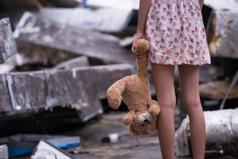 Șocant! Fetiță de 11 ani, abuzată de un bărbat de 32, cu acordul părinților