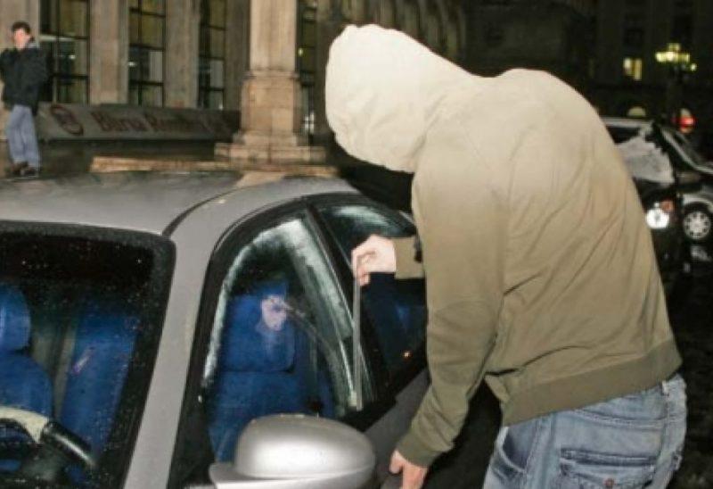 Un tânăr din Bacău, prins duminică dimineața de polițiștii din Ineu în timp ce fura din mașini