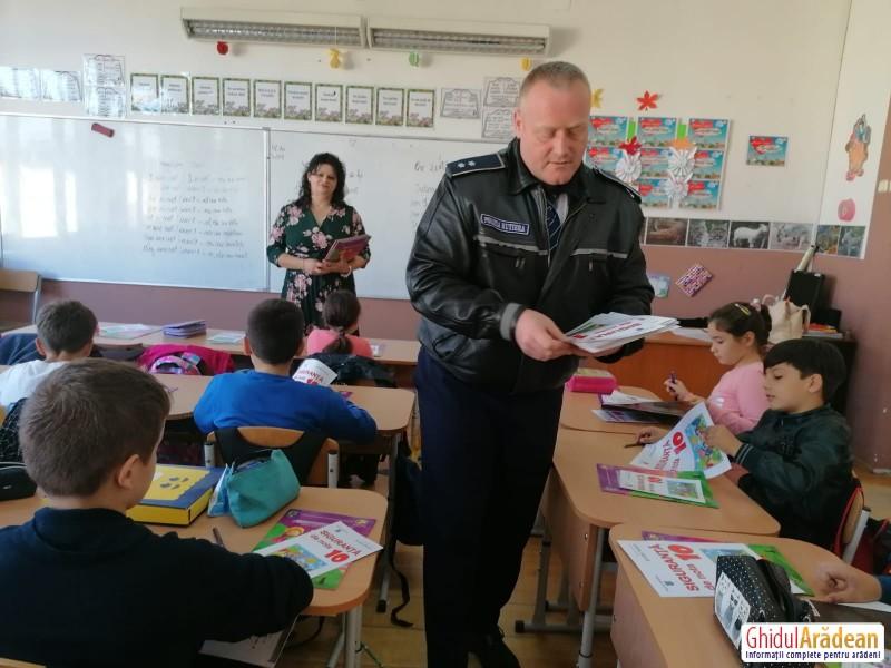 Comisarul Meszar Răzvan alături de elevii de clasa a 3-a de la Liceul Sportiv Arad