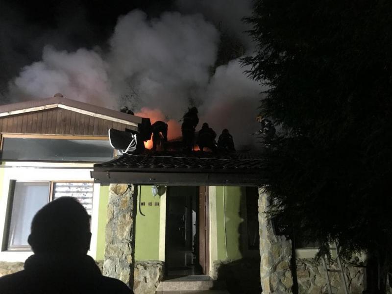 Încă un acoperiș ars în Cartierul Verde! Trei ore de intervenție și legătura dintre cele două incendii