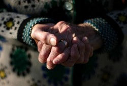 VIDEO| Șapte bărbați au încercat să păcălească o bătrână de 80 de ani