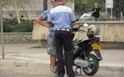 Bărbat de 32 de ani prins în flagrant în timp ce fura un moped
