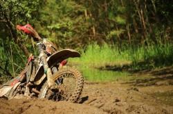 Motociclist accidentat în pădure! Pompierii intervin pentru găsirea victimei rănite