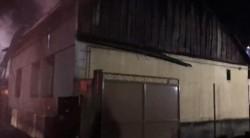 O casă a fost cuprinsă de flăcări în noaptea de joi spre vineri la Arad