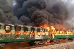 """Cel puțin 65 de morți după ce un tren a luat foc în Pakistan: """"Oamenii au sărit din vagoanele aflate în mers"""""""