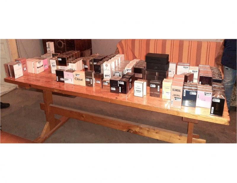 Parfumuri fake scoase de pe piață de jandarmi