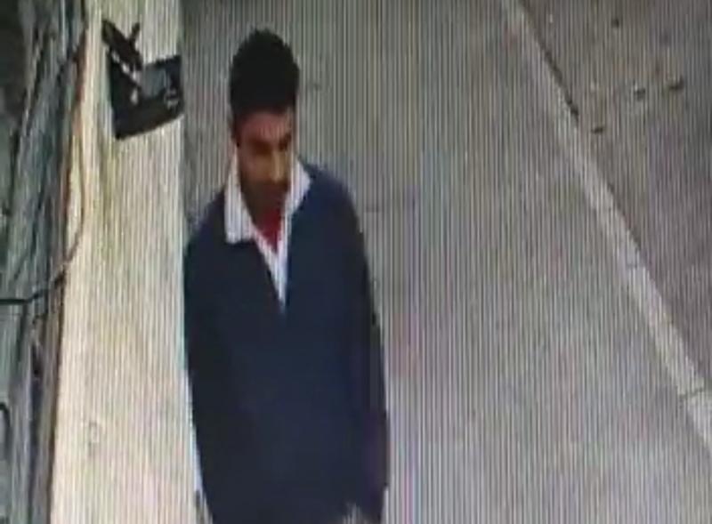Bărbatul din imagine a furat un scaun în amiaza mare, chiar în centrul Aradului
