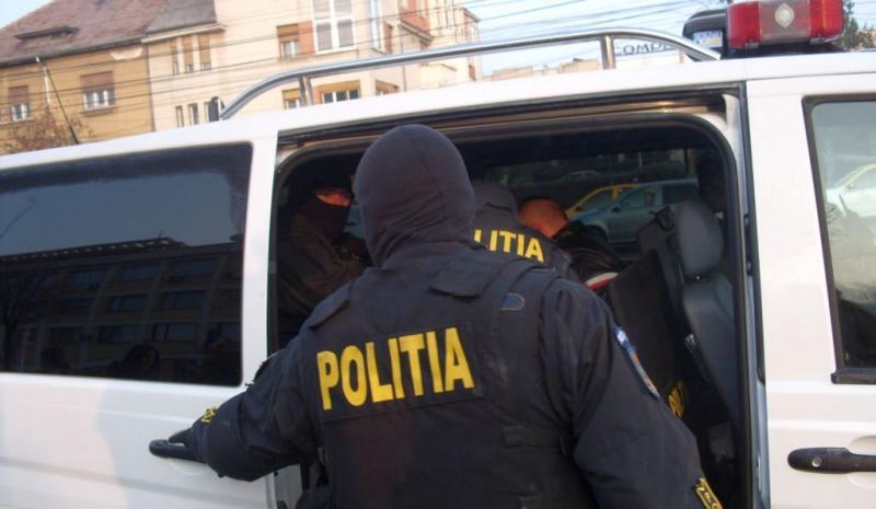 Un hoț dat în urmărire națională a fost prins de polițiștii din Săvârșin