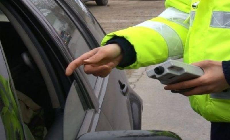 Un bărbat din Curtici a intrat într-o mașină parcată în PECO după ce s-a urcat băut la volan