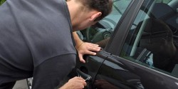 A furat o mașină din fața unui bloc de pe Calea Aurel Vlaicu și s-a plimbat cu ea, neavând permis