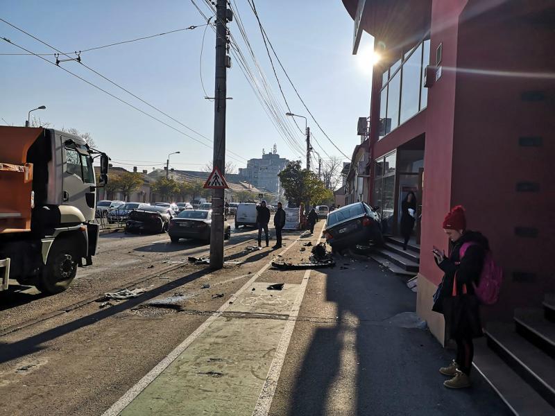 Accident spectaculos în Timișoara! Un arădean a ajuns cu roțile pe vitrinele unui magazin