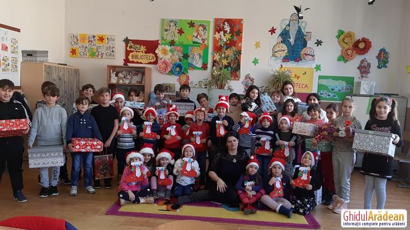 Preșcolarii de la Bambi au fost ajutoarele lui Moș Nicolae și au împărțit cadouri elevilor de la Liceul cu Program Sportiv Arad