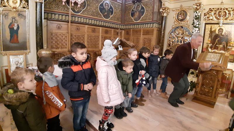 Micuții de la Grădinița Bambi din Arad au fost primii colindători ai Bisericii din Mândruloc