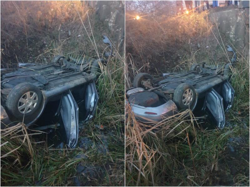 Două victime și o mașină răsturnată în șanț în urma unui grav accident