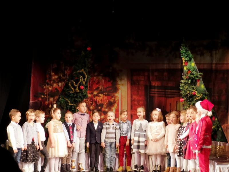 Prichindeii de la Grădinița Bambi din Arad i-au colindat lui Moș Crăciun pe scena Teatrului de Marionete
