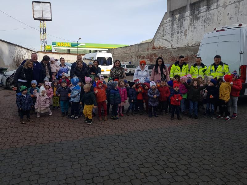 Copilașii de la Grădinița Bambi i-au colindat pe polițiștii de la Rutieră